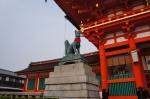 Kitsune (rase) utusan dewa Inari sedang menggigit kunci