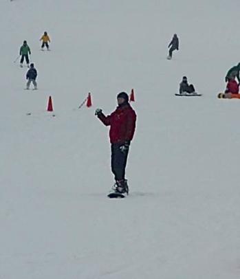 Luncuran terakhir akhirnya bisa tetap berdiri di atas snowboard selama belasan detik.